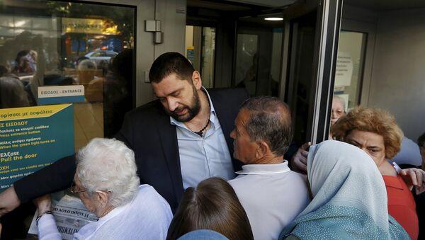 Jubilados esperan fuera del Banco Nacional en Atenas, Grecia, el 1 de julio, 2015 - Sputnik Mundo