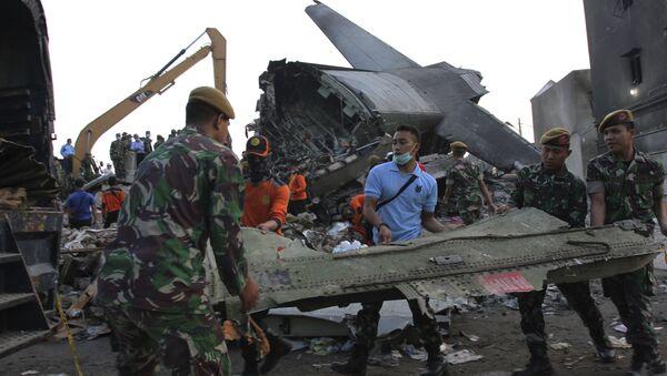 Labores de rescate en el lugar de caída de avión militar en Indonesia - Sputnik Mundo
