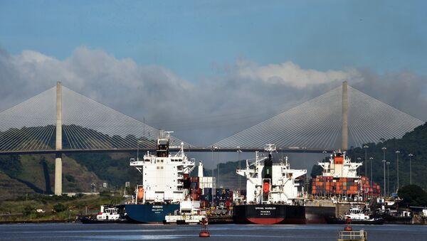 Barcos en las esclusas del canal de Panamá - Sputnik Mundo