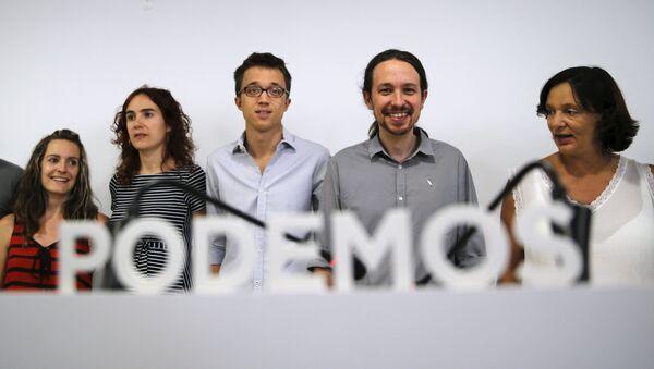 Pablo Iglesias y otros miembros del partido Podemos durante la rueda de prensa en Madrid - Sputnik Mundo