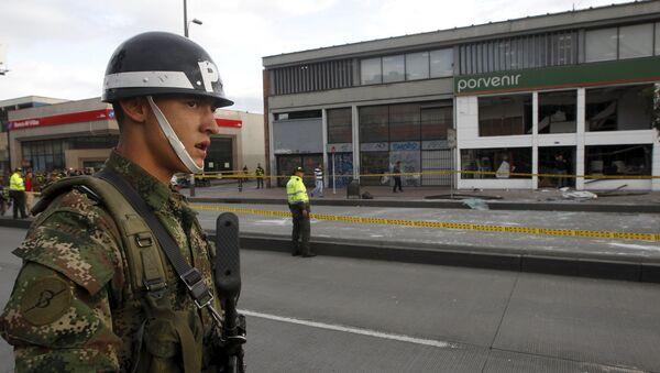 Soldado y las policías al lado del lugar de explosión en Bogotá, Colombia, el 2 de julio, 2015 - Sputnik Mundo