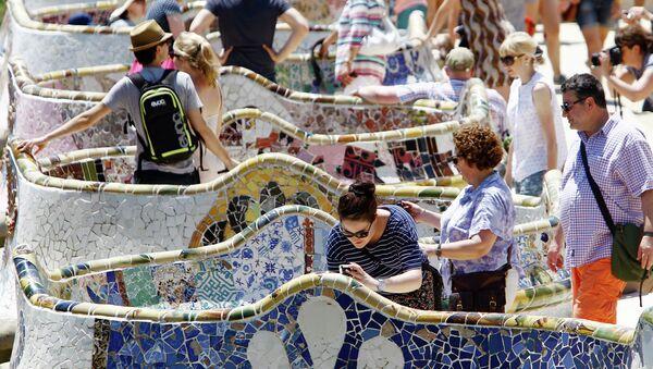Turistas en el parque Güell en Barcelona - Sputnik Mundo