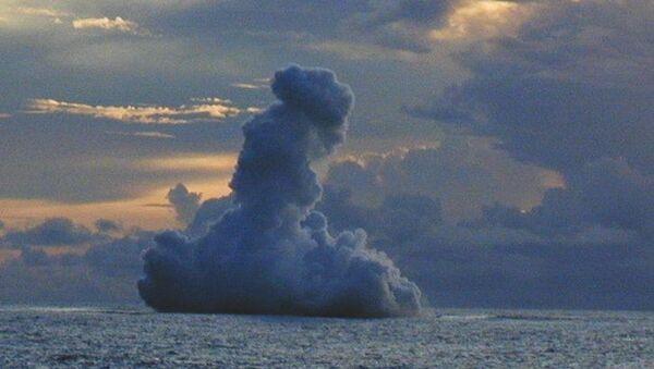 Erupción de un volcán submarino Kavachi cerca de las Islas Salomón (archivo) - Sputnik Mundo
