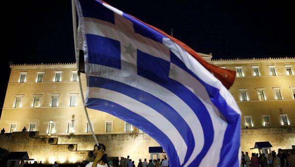 Bandera de Grecia frente al Parlamento en Atenas - Sputnik Mundo