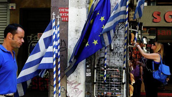 Banderas de UE y Grecia en el centro de Atenas. - Sputnik Mundo