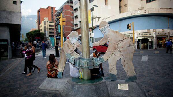 Una escultura de trabajadores petroleros en una calle de Caracas, Venezuela - Sputnik Mundo