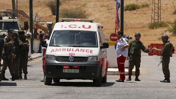 Soldados israelíes  al lado de ambulancia - Sputnik Mundo