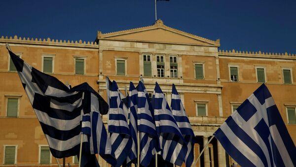 Banderas de Grecia frente al Parlamento en Atenas - Sputnik Mundo