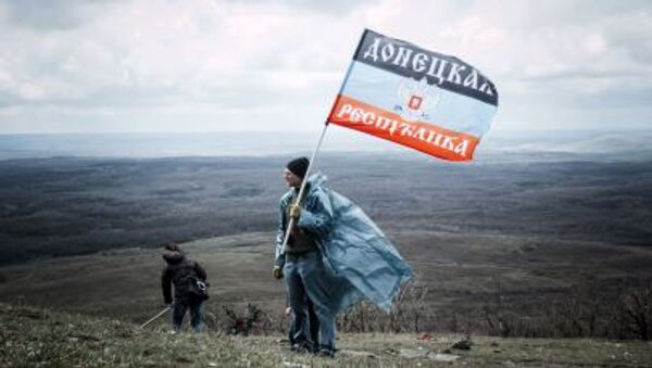 Hombre con la bandera de autoproclamada República Popular de Donetsk - Sputnik Mundo