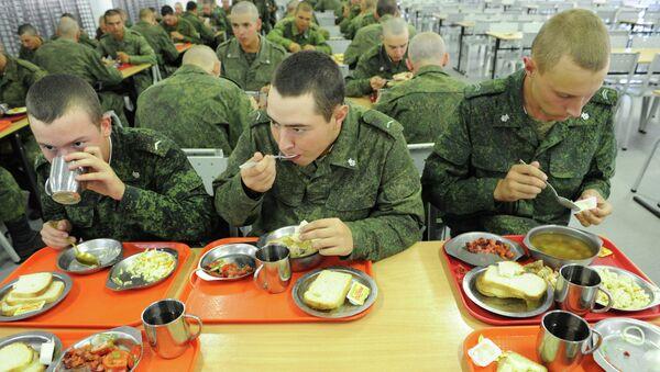 Soldados rusos durante la cena - Sputnik Mundo