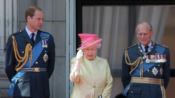 Príncipe Guillermo, Reina Isabel II y príncipe Felipe - Sputnik Mundo