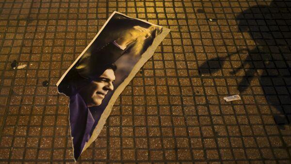 Una fotografía rota del líder de Syriza, Alexis Tsipras - Sputnik Mundo
