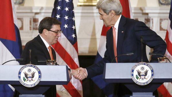 Ministro de Asuntos Exteriores de Cuba, Bruno Rodríguez Parrilla, y secretario de Estado de EEUU, John Kerry - Sputnik Mundo