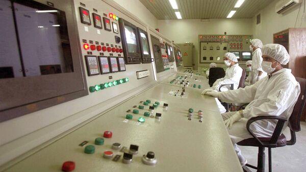 Técnicos de la Organización de Energía Atómica de Irán en la sala de control de la central nuclear de Isfahan (archivo) - Sputnik Mundo