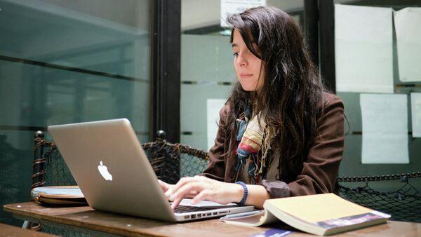 Una joven delante del ordenador portátil - Sputnik Mundo