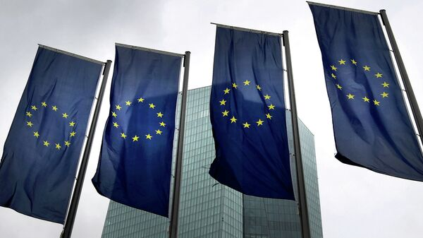 Flags of the European Union are displayed outside the headquarter of the European Central Bank (ECB) in Frankfurt am Main, western Germany, on July 20, 2015 - Sputnik Mundo