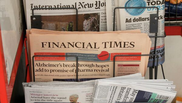 Copies of the Financial Times newspaper sit in a rack at a newsstand in London, Britain July 23, 2015 - Sputnik Mundo