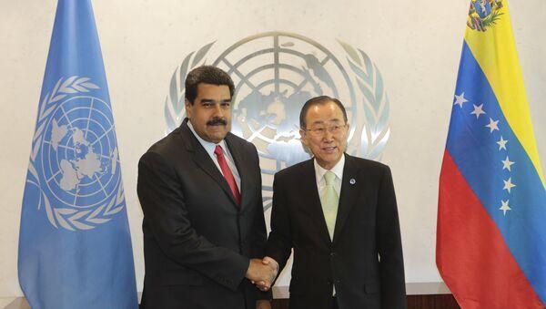 Presidente de Venezuela, Nicolás Maduro, y secretario general de la ONU, Ban Ki-moon, se dan un apretón de manos en la sede de la ONU en Nueva York - Sputnik Mundo