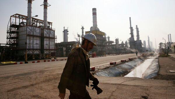 Refinería de petróleo en Teherán, Irán - Sputnik Mundo