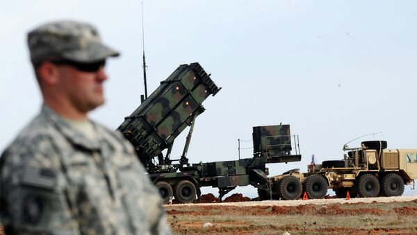 A US soldier stands in front of a Patriot missile system at a Turkish military base in Gaziantep - Sputnik Mundo