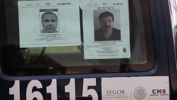 Los coches de la policía mexicana tienen los ordenes de busca del capo narcotraficante prófugo Joaquín el 'Chapo' Guzmán  y el aviso de recompensa por la información sobre el - Sputnik Mundo