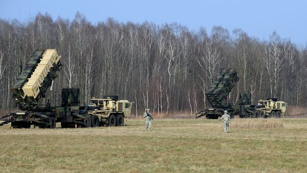US troops from the 5th Battalion of the 7th Air Defense Regiment emplace a launching station of the Patriot air and missile defence system at a test range in Sochaczew, Poland - Sputnik Mundo