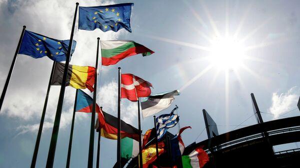 Flags are seen at the European Parliament  - Sputnik Mundo