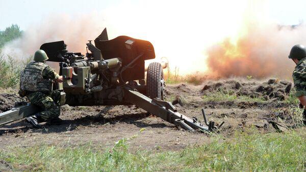 Fire from an anti-tank gun MT-12 Rapira during their graduation exercises on Chuguyev shooting range - Sputnik Mundo