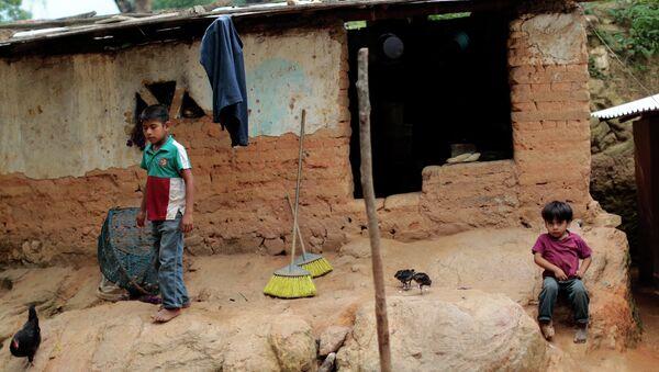 Niños permanecen frente a su humilde hogar en El Magueyito, estado de Guerrero, México, el 19 de julio de 2015 - Sputnik Mundo