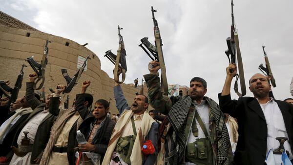 Armed Houthi followers demonstrate against Saudi-led air strikes in Yemen's capital Sanaa - Sputnik Mundo