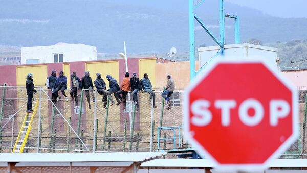 Migrantes intentan saltar la valla de Melilla - Sputnik Mundo