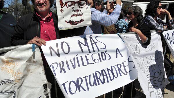 Protesta contra los privilegios para los presos condenados por los crimenes de lesa humanidad en Chile (Archivo) - Sputnik Mundo