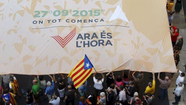 Los partidarios de favor de la independencia de Cataluña en la plaza de Sant Jaume en Barcelona - Sputnik Mundo