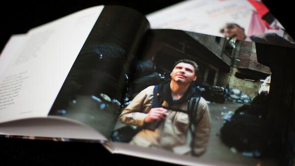 Libro Zona de conflicto con la selección de mejores obras del reportero gráfico Andréi Stenin - Sputnik Mundo