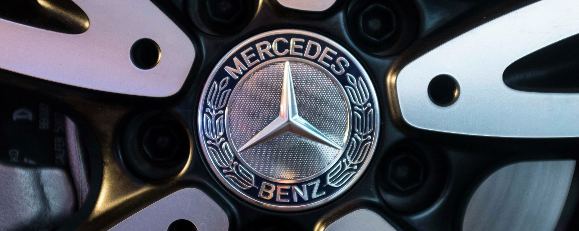 The logo of Mercedes-Benz is seen on the wheel of the new version of A-Class car during its launch in Mumbai - Sputnik Mundo, 1920, 22.07.2021