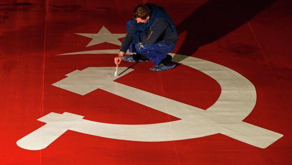 Создание увеличенной копии Знамени Победы художниками киностудии Ленфильм - Sputnik Mundo