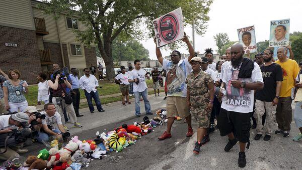 Ferguson conmemora el aniversario del asesinato de Michael Brown - Sputnik Mundo