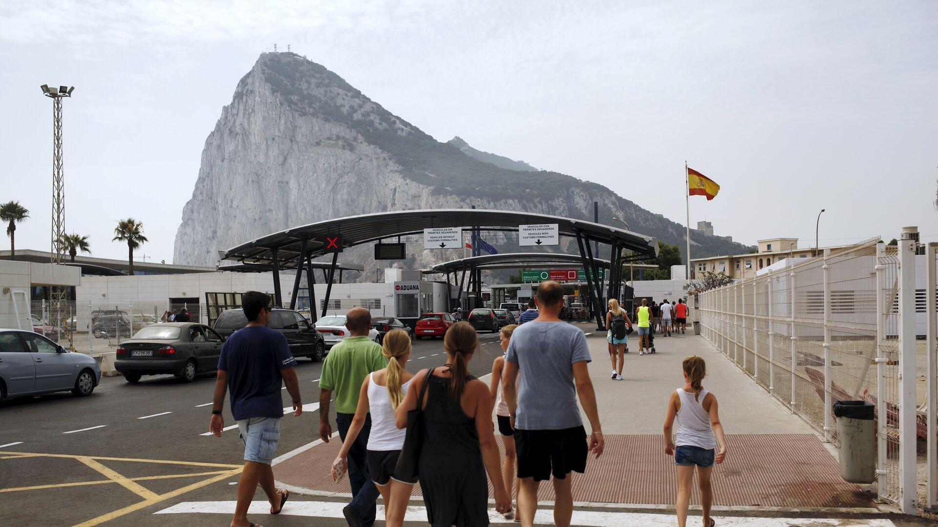 Tourists walk to enter the British colony of Gibraltar at its border with Spain, in La Linea de la Concepcion, southern Spain - Sputnik Mundo, 1920, 07.09.2021