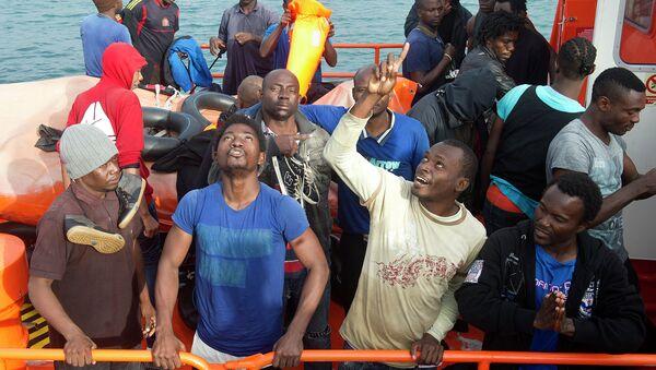 Inmigrantes de África en el puerto de Tarifa - Sputnik Mundo