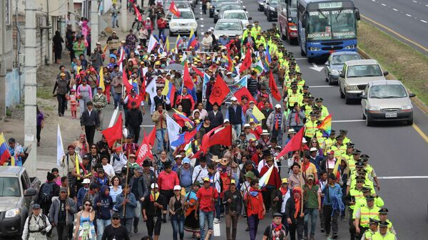 Indigenous anti-government protesters march to the capital from Machachi, Ecuador, Tuesday, Aug. 11, 2015. The group is going to Quito to join anti-government protesters who have organized a national strike starting Thursday.  - Sputnik Mundo