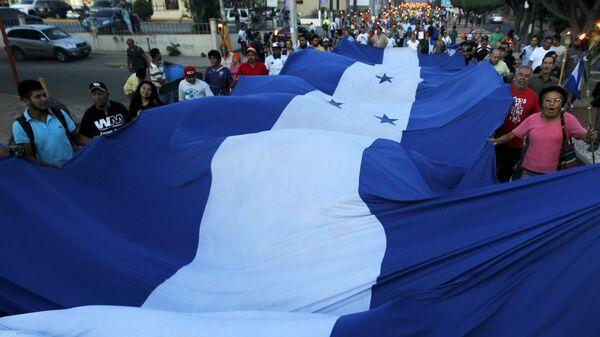 Bandera de Honduras en una marcha social - Sputnik Mundo