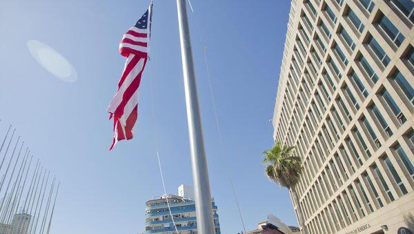 Marines izan la bandera ante la Embajada de EEUU en La Habana en presencia del secretario de Estado de EEUU, John Kerry - Sputnik Mundo