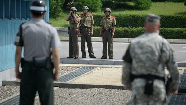 Soldados norcoreanos toman una foto de soldados de Corea del Sur y EEUU - Sputnik Mundo