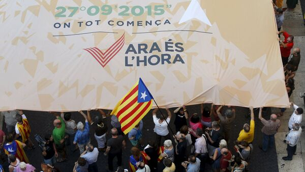 Catalan pro-independence supporters display a giant banner at Sant Jaume square in Barcelona, Spain, August 4, 2015.  - Sputnik Mundo