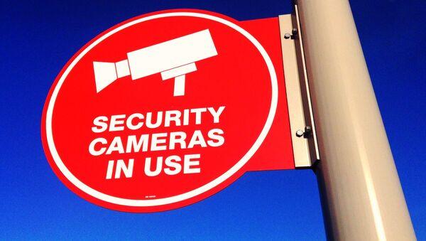 Cartela advierte de una cámara de vigilanсia - Sputnik Mundo