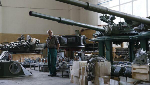 Centro de reparación del material bélico en Kiev, Ucrania - Sputnik Mundo
