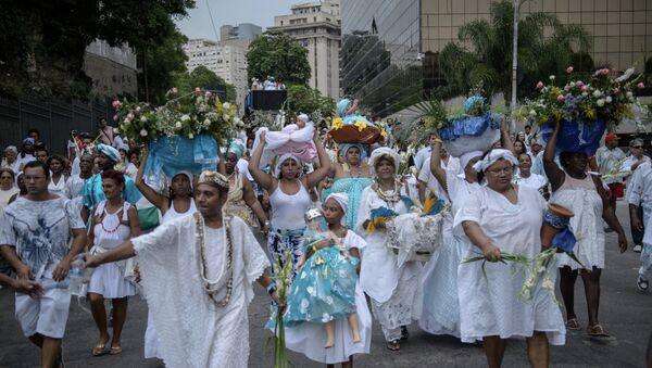 Creyentes afroumbandistas llevan ofrendas para Iemanjá, la Diosa del Mar de la religión afroamericana, en Río de Janeiro, Brasil - Sputnik Mundo