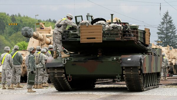 Soldados estadounidenses descargan un tanque M1 Abrams - Sputnik Mundo