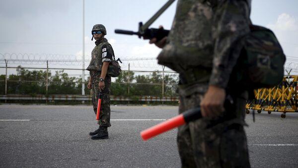 Soldados surcoreanos en el lugar de la explosión en la zona desmilitarizada - Sputnik Mundo