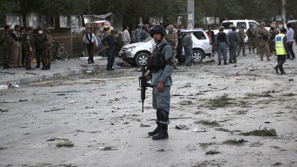 Policía afgano en el lugar de explosión en Kabul, el 22 de agosto, 2015 - Sputnik Mundo